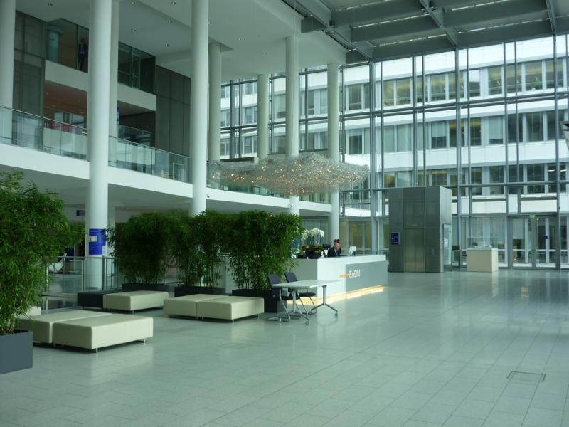 03_Beratung-zu-einem-Natursteinbelag-im-Foyer-EnBW-City-GmbH-und-Co.-KG-Stuttgart_Gegenständliche-Eingangshalle