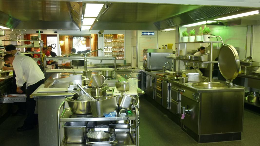 15_Gutachten-zu-einer-Fleckenbildung-in-der-Beschichtung-einer-Restaurantküche_Gegenständliche-Küche