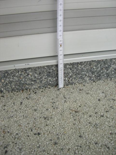 50_Beurteilung-eines-Quarz-Kiesel-Bodens-auf-einem-häuslichen-Balkon_Terrasse-Aufkantung-bei-Türe