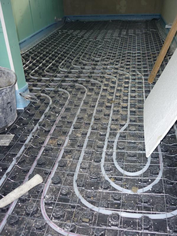 66_Untersuchung-zur-Wirkung-einer-Bewehrung-durch-Betonstahlgitter-in-einem-Estrich_Pavitec-Professional-2-mm-auf-Noppenplatten-Fußbodenheizung