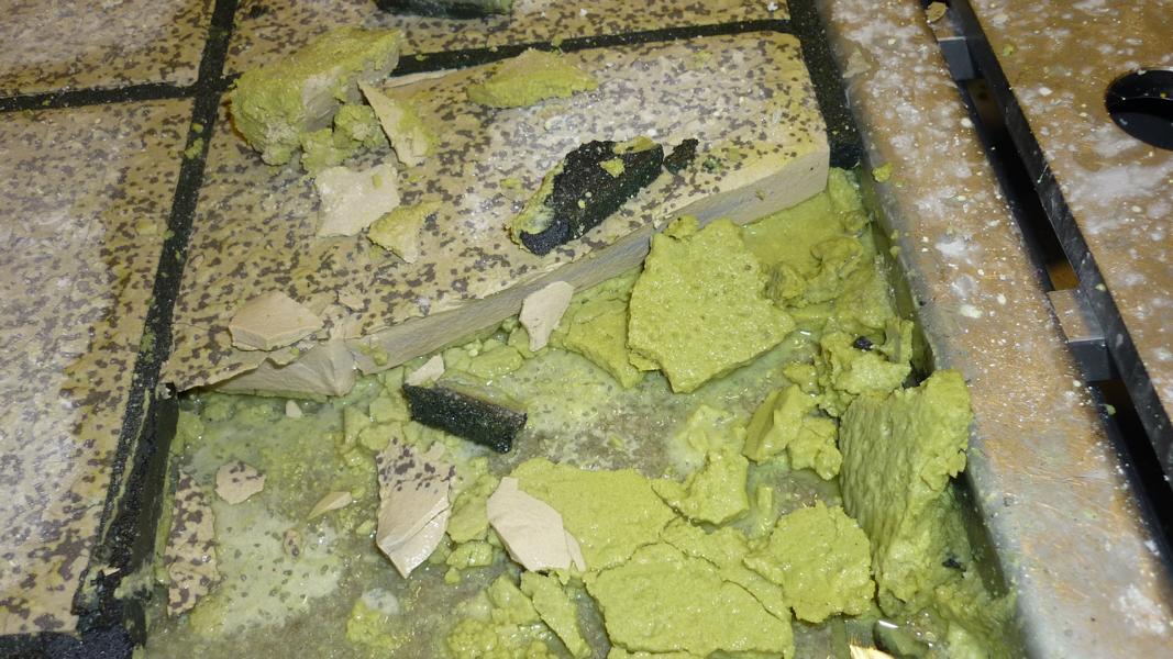 68_Überprüfung-einer-durch-Chemikalien-zerstörten-Epoxidharzverklebung-in-einem-Pharmabetrieb-_Entnahmestelle-6-Verfugung-schwarz-im-Bild