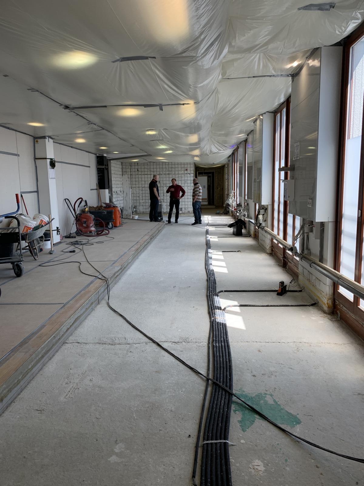 Konsultation zu einem Fußbodenaufbau in einer Großküche